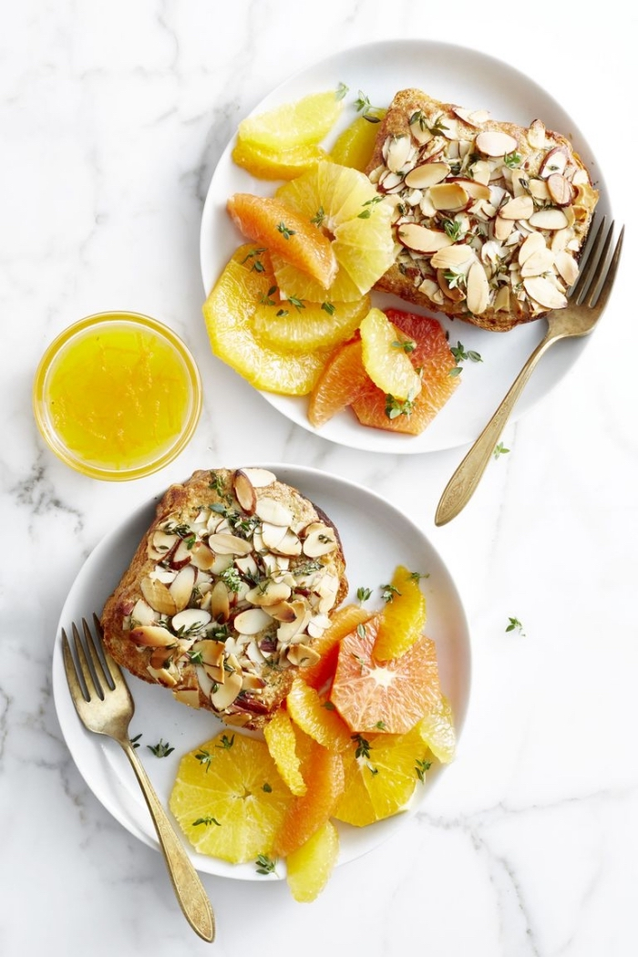 toasts mit mandeln seviert mit ananas und roter orange, ideen für brunch, gesunder frühstück