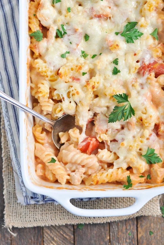 ideen für brunch, kasserolle mit pasta, tomaten und parmesan käse, schnelles rezept