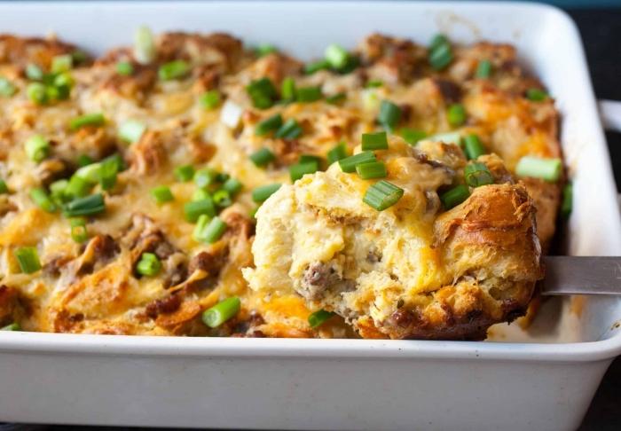 ideen für brunch, kasserolle zubereiten, frühstück für gäste, brunch was gehört dazu