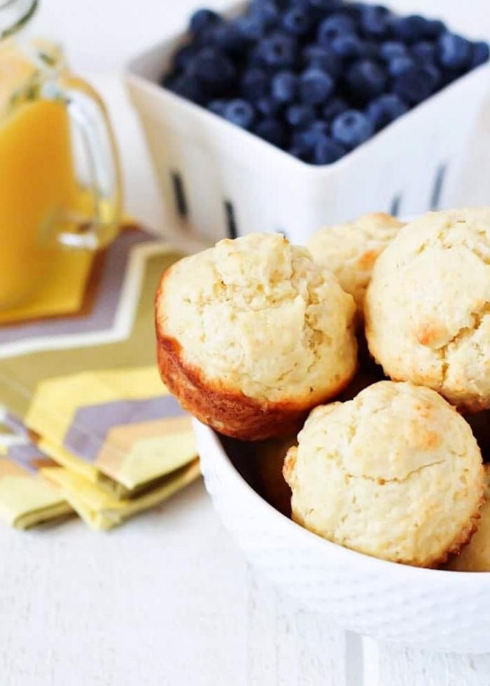 partyessen rezeote, ideen für brunch, einfache muffins mit honig und blaubeeren, finger food
