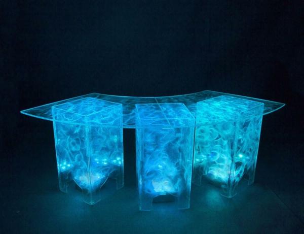 interessant-beleuchteter-acryl-tisch
