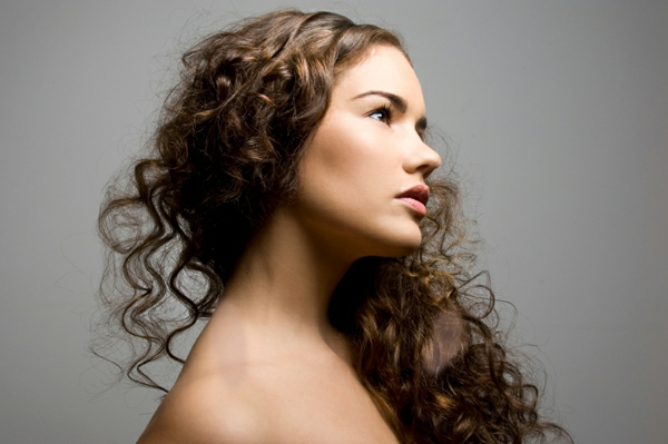 interessante-haare-braune-farbe-locken