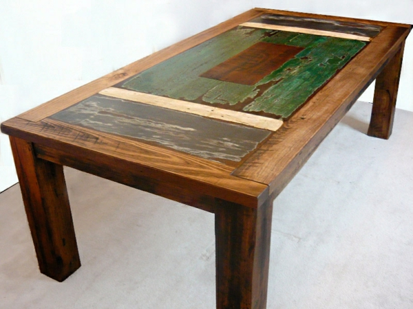 interessanter-hölzerner-tisch mit vier ecken