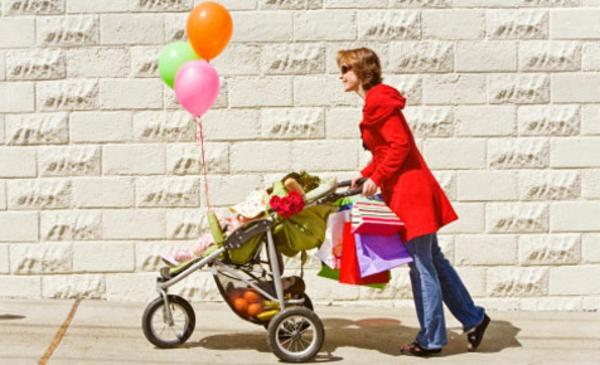 interessantes-foto-von-einer-mutter-mit-einem-kinderwagen