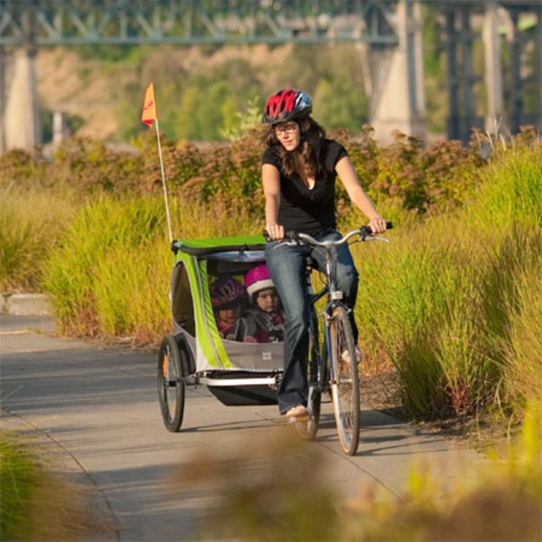 kinder-fahrradanhänger-coolen-spaziergang-im-park-machen
