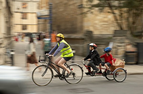 kinder-fahrradanhänger-familie-ausflug-machen