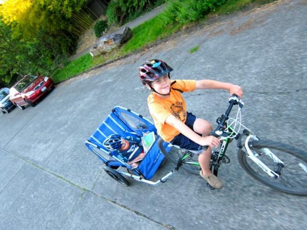 kinder-fahrradanhänger-schönes-design-ein-junge-auf-dem-fahrrad