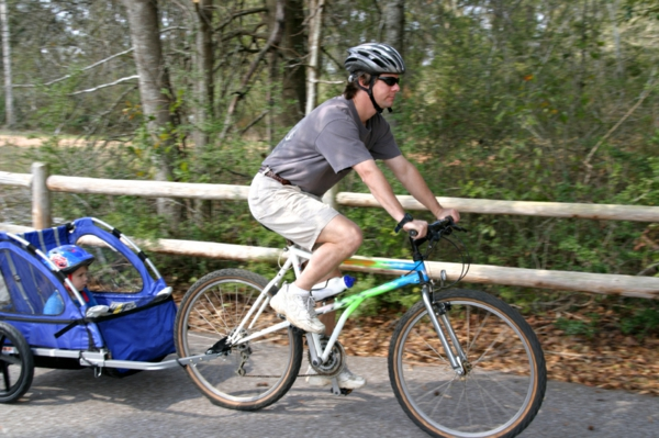 kinder-fahrradanhänger-vater-mit-einem-fahrrad-treibt-sport