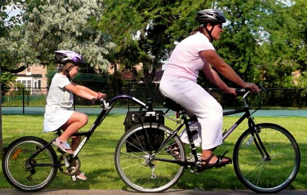 kinder-fahrradanhänger-vater-und-kind-im-park-machen-sport