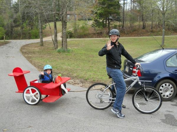 kinder-fahrradanhänger-wie-ein-roter-flugzeug-aussehen