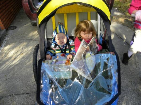 kinder-fahrradanhänger-zwei-kinder-nebeneinander-setzen