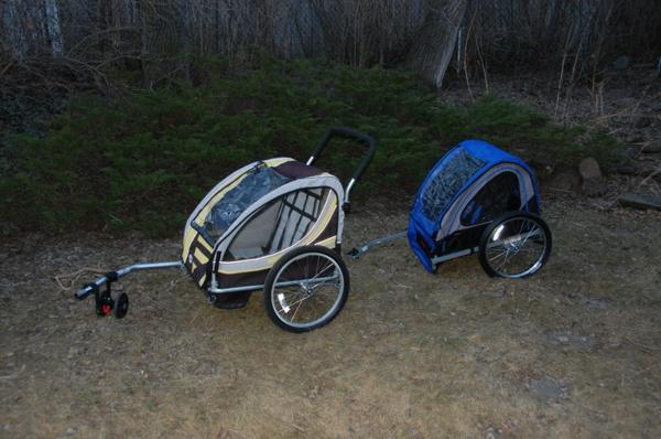 kinder-fahrradanhänger-zwei-schöne-modelle-hintereinander-stellen