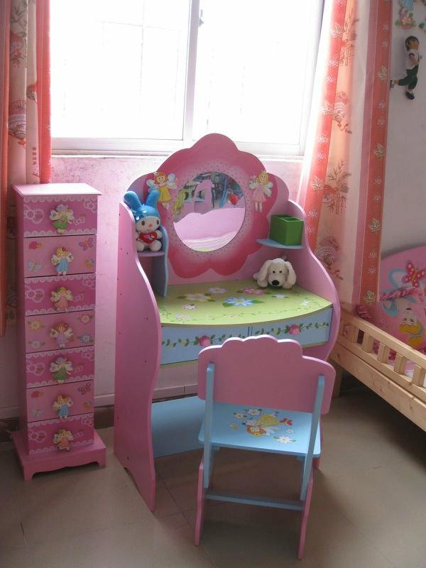 kinder-schminktisch-interessantes-rosiges-modell-mit-einem-kleinen-spiegel