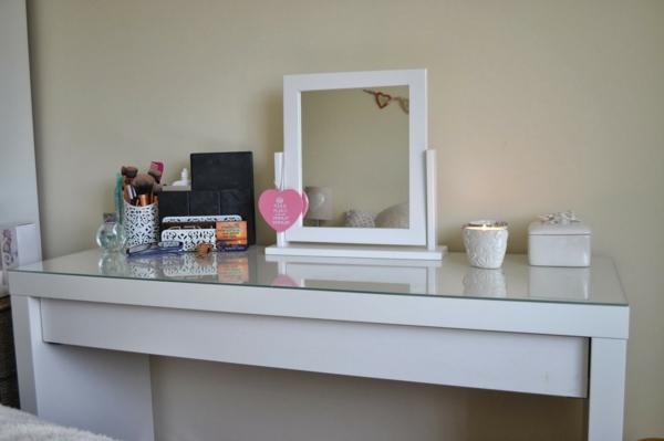 kinder-schminktisch-spiegel-mit-weißem-rahmen-und-quadratischer-form
