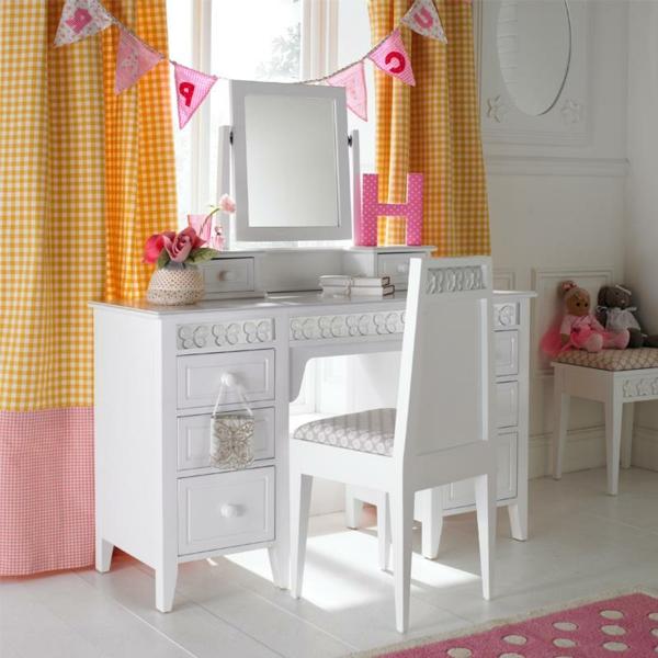 kinder-schminktisch-weißes-attraktives-design-und-orange-gardinen-im-mädchenzimmer