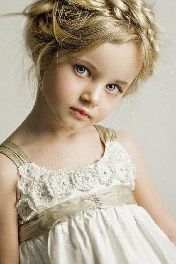 kinderfrisuren-für-mädchen-blondes-kind-wie-eine-prinzessin-aussehen