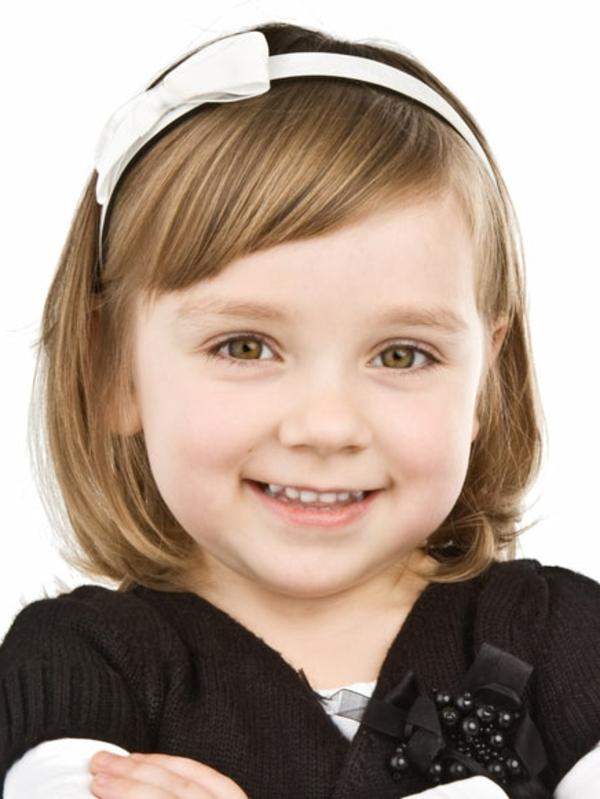 kinderfrisuren-für-mädchen-lächelndes-mädchen-mit-kurzen-hellen-haaren