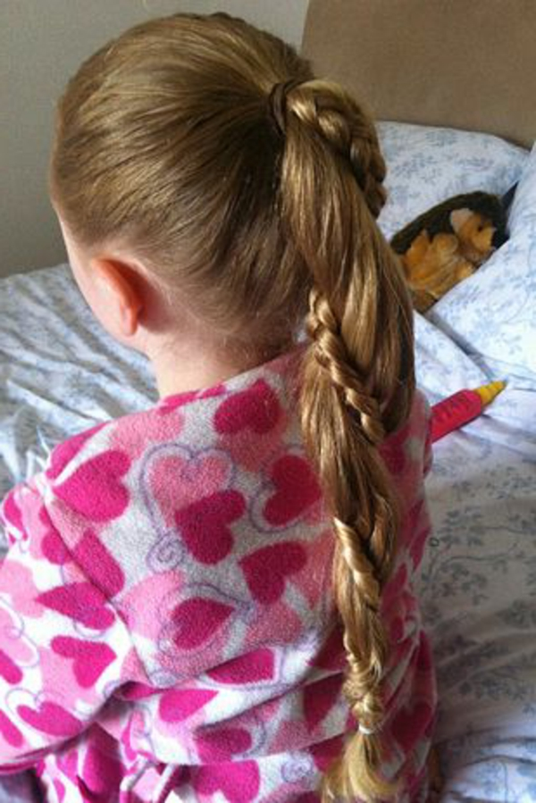 kinderfrisuren-für-mädchen-lange-haare-helle-farbe