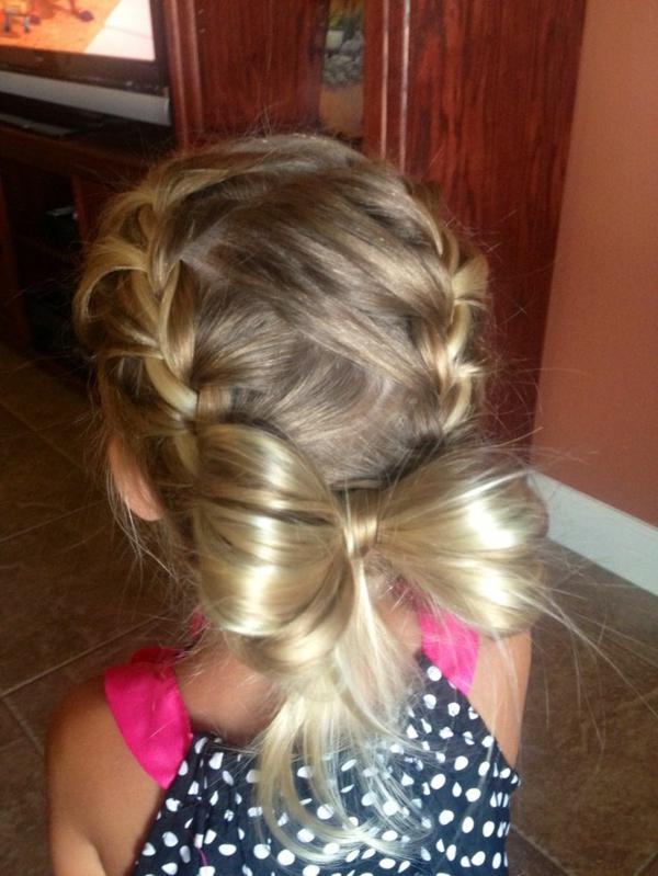 kinderfrisuren-für-mädchen-schleife-aus-blonden-haaren-gemacht
