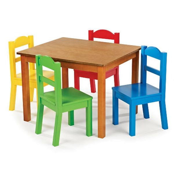kleiner-hölzerner-tisch-und-bunte-stühle-für-kinder