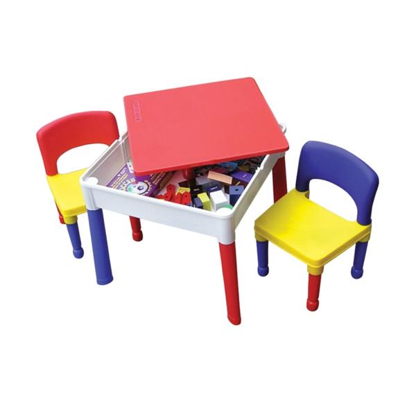 kleiner-kindertisch-zweischen-zwei-bunten-stühlen