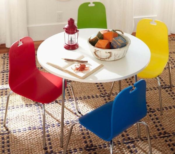 kleiner-runder-weißer-tisch-und-bunte-stühle-für-kinder