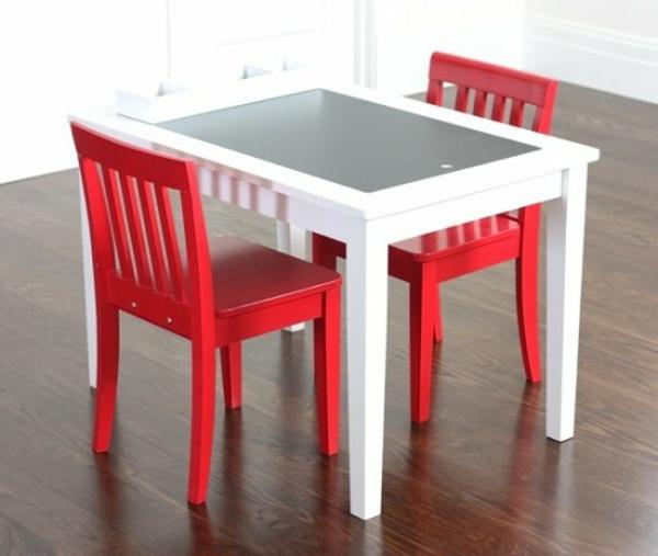 kleiner-schöner-kindertisch-und-zwei-rote-stühle