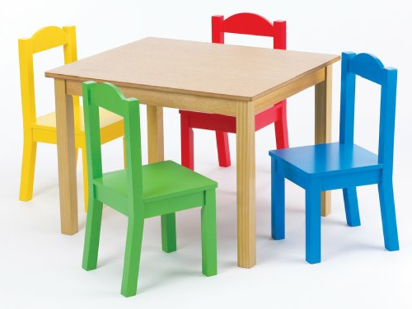 kleiner-viereckiger-tisch-für-kinder-und-bunte-stühle