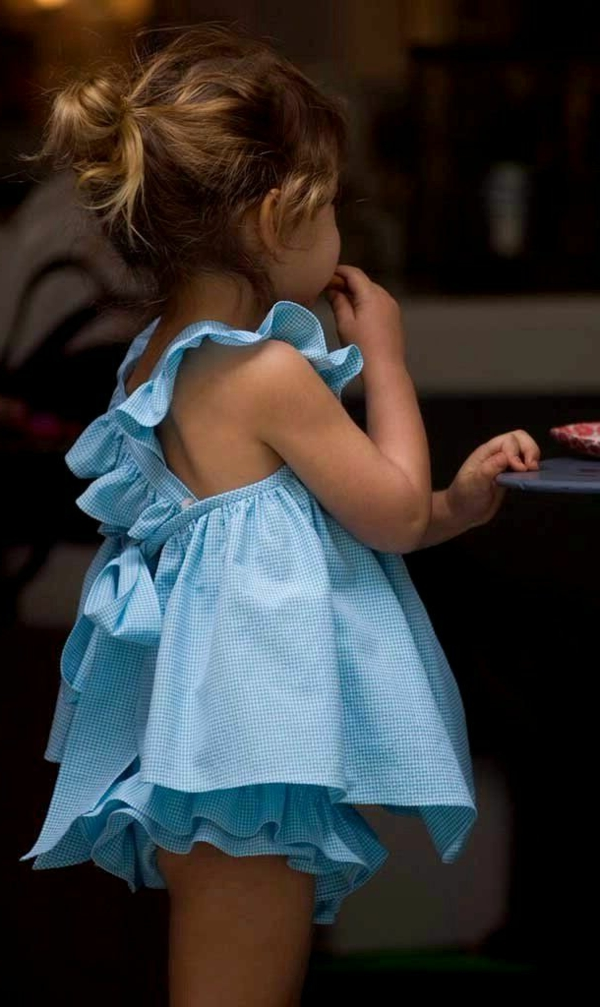 kleines-mädchen-mit-blauer-kleidung