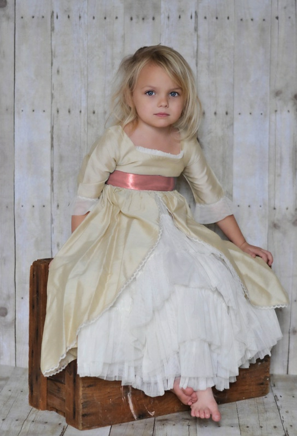 kleines-mädchen-mit-elegantem-kleid