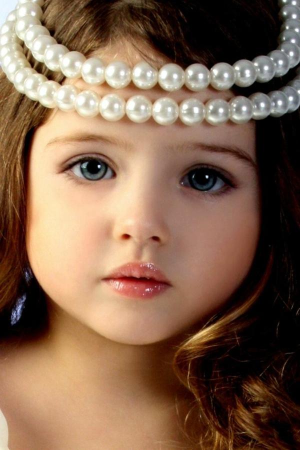 kleines-schönes-mädchen-mit-perlen-auf-dem-kopf