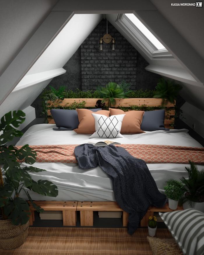 Mansardenzimmer Ideen, Palettenbett mit vielen Deko Kissen, Grünpflanzen daneben