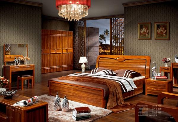 kristallleuchter-bett-aus-echtholz-im-schlafzimmer