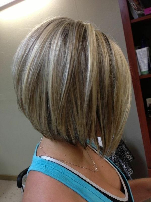 kurzhaarfrisuren-für-mädchen-blonde-haare-blaue-kleidung