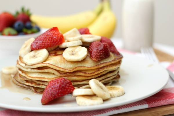 leckeres-frühstück-gesundes-frühstück-rezepte-gesunde-frühstücksideen-banane-erdbeeren