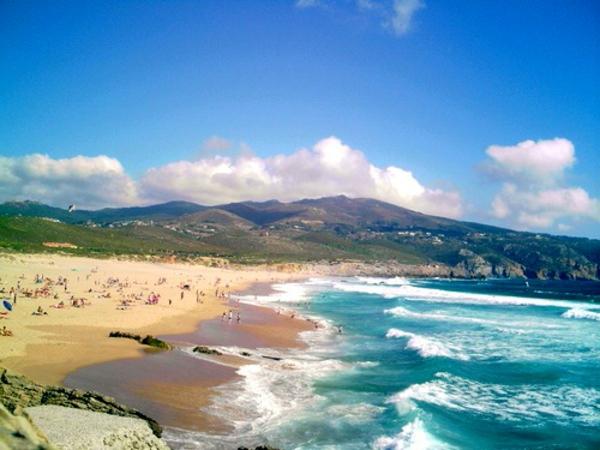 lissabon-strand-blauer-himmel und schönes gebirge