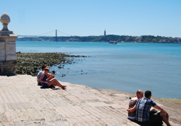 lissabon-strand-cooler-look-ruhiges-ambiente - leute sitzen