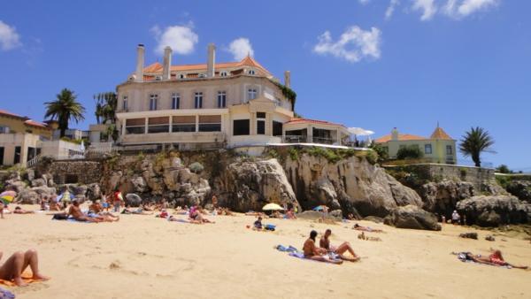 lissabon-strand-gebäude-und-sand - viele leute erholen sich