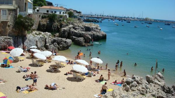 lissabon-strand-interessantes-bild mit vielen leuten