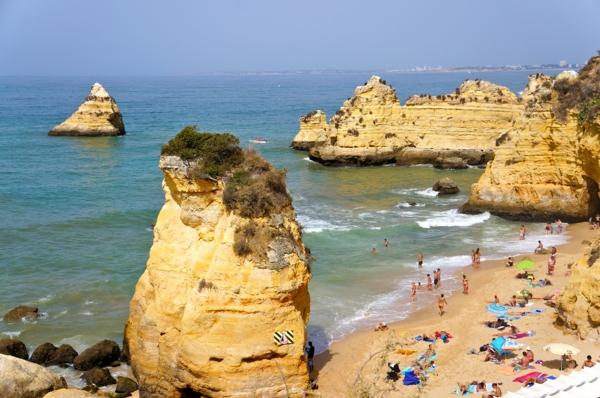 lissabon-strand-schöne-große-steine