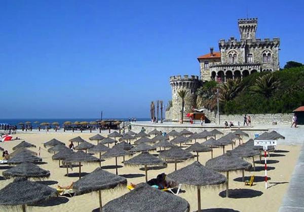 lissabon-strand-sonnenschirme und großartige architektur