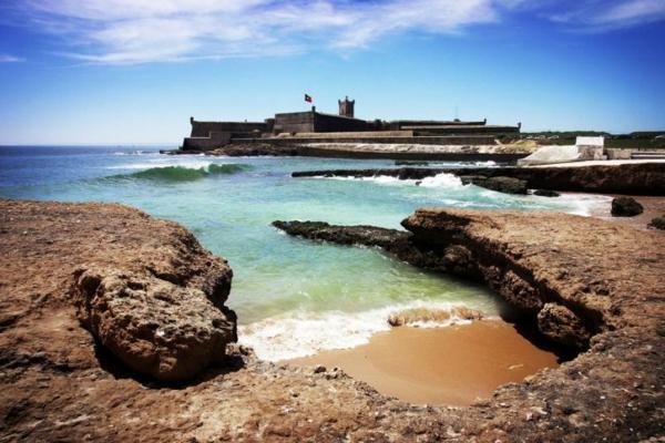 lissabon-strand-viele-wellen