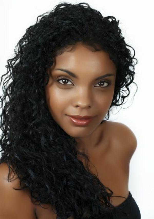 locken-styling-dunkle-schöne-frau-mit-schwarzen-haaren