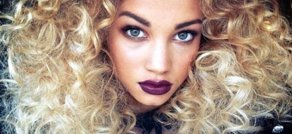 locken-styling-interessant-aussehende-frau-mit-blonden-haaren