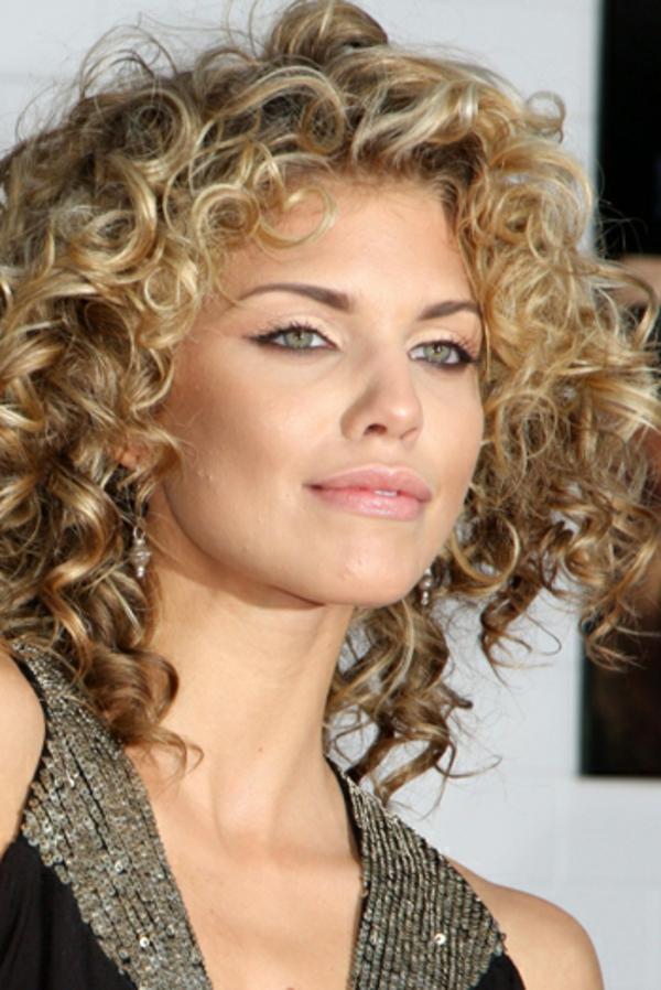locken-styling-modern-wirkende-frau-mit-blonden-haaren