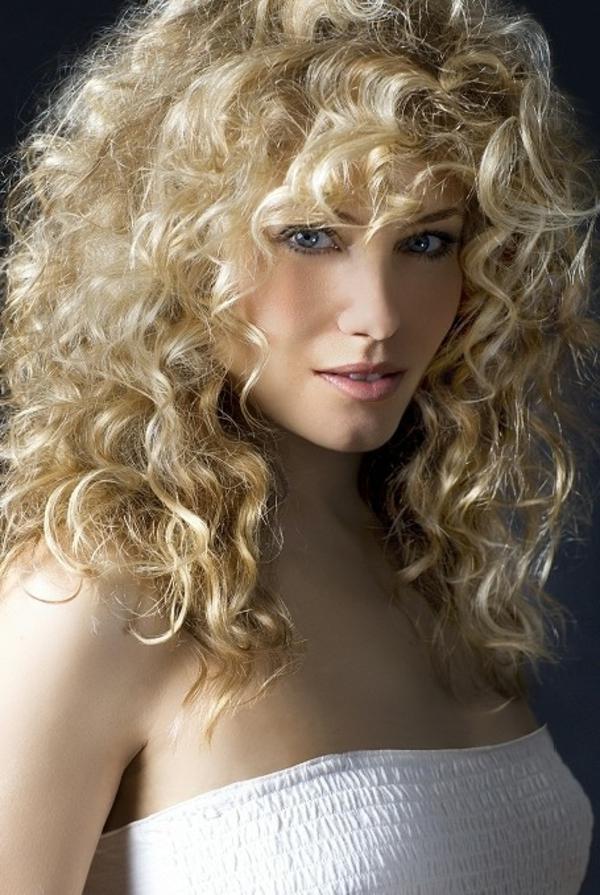 locken-styling-sexy-blonde-frau-mit-großen-haaren