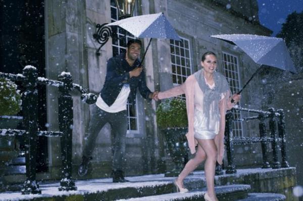 mann-und-frau-unter-dem-regen-mit-zwei-coolen-extravaganten-regenschirmen