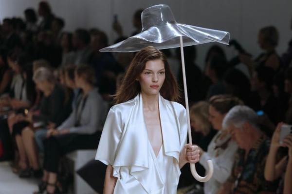 model-mit-einem-originellen-regenschirm