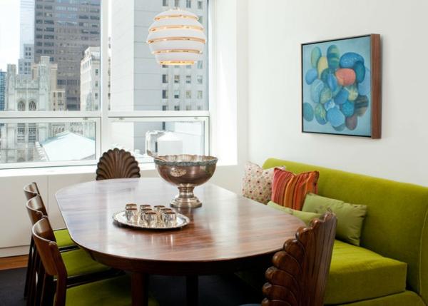 modernes-und-attraktives-esszimmer-sofa-schönes-bild-an-der-wand