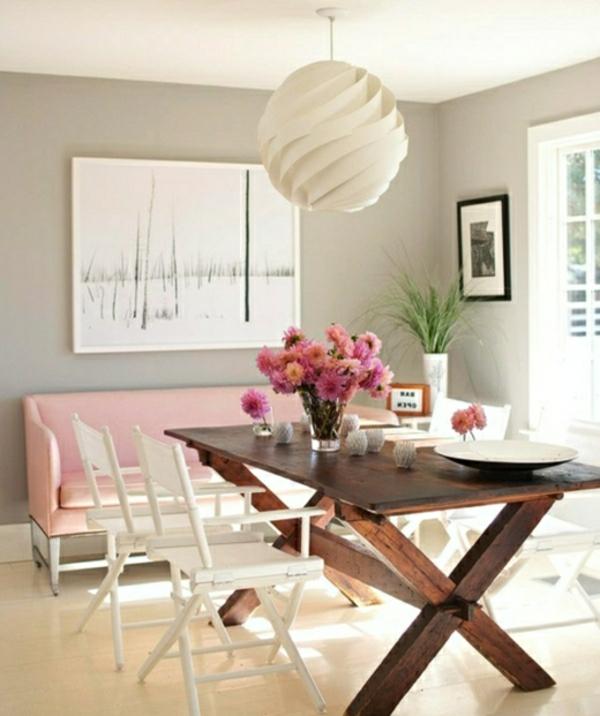 modernes-und-attraktives-esszimmer-sofa-weiße-lampe-über-dem-tisch